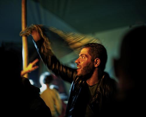 Un réfugié syrien au concert de Murder Eyes pendant le festival Sommerfest VS Isolation. Murder Eyes, rappeur engagé : c'était son premier concert depuis qu'il avait quitté Alep il y a un an. Rostock, Allemagne. Résumé de la vie d'Abo Hajar. - Protestations, révolution, liberté.