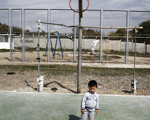 """Enfants syriens, camp de réfugiés de Pastrogor, Bulgarie. """"Notre fille est malade, elle n'arrive pas à respirer. Notre fils à une excroissance. Nous avons essayé de les soigner, mais on nous demande les dossiers médicaux... et nous n'avons pas l'argent. On a tout essayé, même la Croix-rouge et Médecins Sans Frontières... ils veulent les dossiers médicaux. Les docteurs ont peur de l'examiner, c'est pour ça qu'ils ne font rien. Et après quoi, même s'ils le soignent ? J'irai à un poste frontière, je resterai jusqu'à ce qu'on nous laisse passer, ou je mourrai sur place."""" Résumé de la vie d'Abo Hajar. - Prendre ça personnellement."""