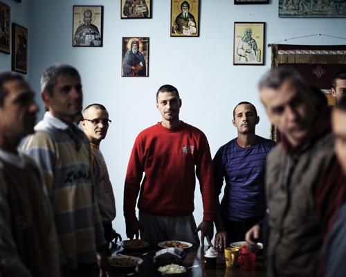 """Prière avant le repas dans une communauté de La terre des vivants, un centre pour toxicomane près de Novi Sad.Les hommes viennent de différents milieux : de fermier à directeur d'une prestigieuse institution artistique. Les addictions vont de l'alcool à l'héroïne en passant par les jeux. Ils on entre une petite vingtaine et la fin de quarantaine. Certains sont ici depuis un an.""""La terre des vivants existe depuis 10 ans. Il y a six communautés dont une pour les femmes. C'est sous l'hospice du monastère orthodoxe de Kovilj, c'est un projet de l'église. On collabore avec la municipalité de Novi Sad. C'est entièrement gratuit, non médicalisé. Les gens doivent venir de leur propre chef, ils peuvent aussi partir. Dernièrement les gens prennent plus de speed, de la cocaïne ou de l'ecstasy plutôt que de l'héroïne."""""""