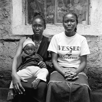 Maureen, Conlyn and her son Deryl live together in the same room in Dandora Estate, an underprivileged and off-centered district of Nairobi. It is necessary to be several by barrack in order to afford the rent. Here walls are solid and hygiene is correct. There, the inhabitants are working, the standard of living is more decent but not high. Maureen is a primary school teacher in the Rehoboth Community Center, a school born from an individual initiative.