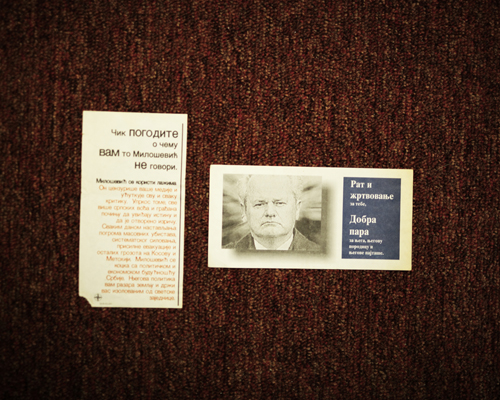 """Tracts de propagande de l'OTAN lâchés sur Belgrade.  Sur celui de droite, à côté du portrait de Slobodan Milošević: """"La guerre est un sacrifice pour toi. Pour lui, sa famille et ses amis; c'est de l'argent."""" Pendant l'été 2000, l'ancien président serbe Ivan Stambolić a été enlevé; son corps a été retrouvé en 2003. Milošević fût inculpé pour avoir commandité l'assassinat. Milošević fût retrouvé mort dans sa cellule en mars 2016, dans le centre de détention pour criminels de guerre à La Hague, Pays-Bas."""