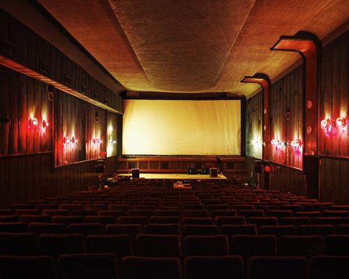 """""""Notre but ici est de créer un lieu où les gens peuvent voir du cinéma non commercial, et aussi de soutenir les réalisateurs serbes. Il y a environ un an, une centaine d'entre nous ont investi le cinéma, c'était une action spontanée... depuis, on est là. Les autorités nous ignorent ainsi que nos requêtes. On a écrit plusieurs fois au ministère de la culture... Des réalisateurs nous soutiennent: Michel Gondry nous a réalisé un court-métrage que nous passons avant toute projection. Tout est gratuit mais tu peux participer au pot commun pour la nourriture, etc. On va lancer un kickstarter pour réparer le bâtiment, le projecteur et la salle."""""""