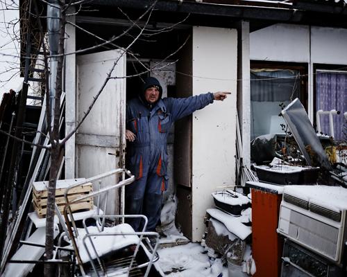 """Camp de réfugiés de Krnjaca.  """"De nos deux fils, l'un vit avec nous, le second s'est marié et vit aux USA. Nous avons vu le meurtre, le viol et le nettoyage ethnique de notre peuple... Nous avons reçu les visites de l'ONU, du gouvernement serbe, d'ONG, etc. Le pire est de ne pas savoir ce que demain amènera, cette insécurité ruine les nerfs."""""""