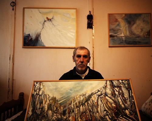 """Duro Maodus, peintre, Camp de réfugiés de Krnjaca.  """"L'art c'est la possibilité de tout. Si tu n'écoutes pas ta voix intérieure, tu peux sombrer dans le crime, l'apathie, la dépression. Tu arrêterais de peindre alors que le bon tableau c'est la façon de s'en sortir. Je n'ai pas d'argent pour faire une exposition en galerie mais c'est mon rêve, de montrer que peu importe la situation, quelque chose est possible par l'art. Peut-être que j'y arriverai... Nous ne saurons jamais."""""""