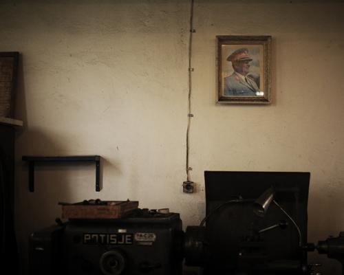 """Portrait de Josip Borz Tito dans un atelier du centre de détention de Padinska Skela, environs de Belgrade.  """"J'ai vécu à Belgrade toute ma vie, mes parents ont déménagé à Novi Belgrade quand j'avais un an (fin 1980), avant cela, nous vivions chez ma grand-mère. A cette époque c'était possible d'acheter un appartement et de vivre une vie ordinaire."""""""
