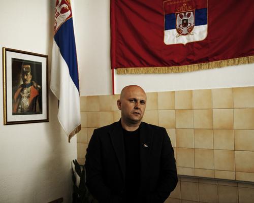 """Goran, patriote serbe, membre de l'association des vétérans et ancien agent de sécurité.  """"Je veux juste dire que les gens ne devraient pas dire de mauvaises choses sur la Russie ou la Serbie."""""""
