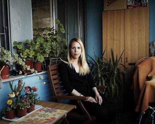 """Aleksandra, 30 ans, prof d'Anglais à l'Université de Belgrade.  """"En 1994, j'avais 8 ans, la guerre avec la Bosnie et la Croatie commençât. Je ne me rappelle pas très bien de celle-ci mais plutôt bien des bombardements de 1999. Il n'y avait aucun signe de guerre à Belgrade en 94, mais j'ai de la famille en Bosnie et on ne pouvait pas y aller... j'étais frustrée de ne pas pouvoir rendre visite à mes cousins et cousines aussi souvent que je l'aurais voulu.  En 1999, j'avais 14 ans. J'allais rentrer au lycée. On y est pas allés pendant un moment. Quand il y avait ces alarmes pour les bombardements, les gens étaient censés courir aux abris. Nous n'y allions pas car ils n'avaient pas de sorties de secours, et Nouvelle Belgrade n'était pas ciblée.  Au début les gens étaient furieux. Je suis allée à des manifestations avec ma mère, on avait des badges cibles accrochés sur nous, il y avait des concerts, c'était contre la guerre. Après, les bombes sont tombées sur des écoles, des hôpitaux, on a pensé qu'ils pouvaient cibler ces manifestations, ce n'était plus sûr. Au début ils visaient les bâtiments militaires, puis les médias et aussi les ponts."""""""