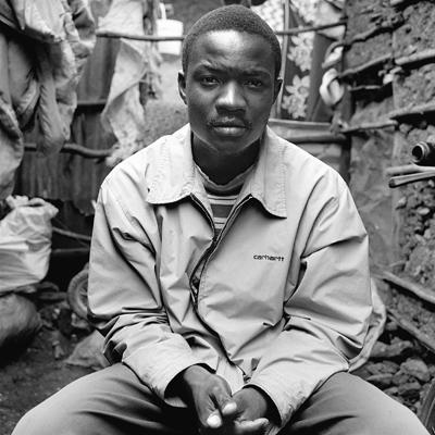 Daniel est sans emploi. Comme environ 45% des Kenyans. Il est originaire de l'intérieur du pays. A la fin du premier cycle scolaire, il a demandé à ses parents de financer ses études en secondaire, ils n'en avaient pas les moyens. Il est venu à la  capitale et habite Kibera depuis maintenant presque dix ans. Il espère trouver un emploi le temps d'épargner pour pouvoir reprendre des études qui lui permettraient en fin de compte de voir plus loin que la fin de la journée, d'aller dormir tous les soirs le ventre plein.