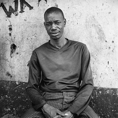 Phillip, travailleur social, vit et travaille à Kibera. Avant les émeutes post-électorales de décembre 2007/janvier 2008, il travaillait à mitemps dans une  association. A la suite de ces évènements, avec plus de 1000 morts uniquement à Kibera, il a décidé de s'investir à plein temps. Son association construit et  restaure des habitations du bidonville pour pallier à la surpopulation et à l'insalubrité. L'intérêt est d'inciter les «employés», issus d'ethnies différentes, à se côtoyer, à se parler, à échanger et finalement se rendre compte qu'ils gagnent plus à s'entraider qu'à s'entretuer.