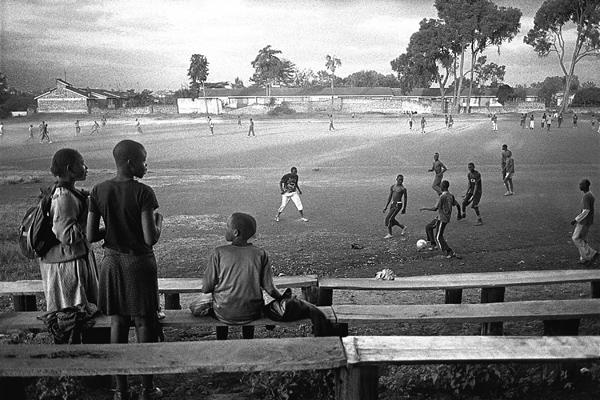 Terrain de foot un samedi après-midi.