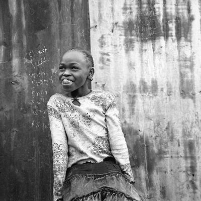 Daisy est écolière. C'est sa première année de scolarité. C'est une enfant espiègle et farceuse. Lorsqu'elle n'est pas à l'école, elle aide sa mère ou traîne dans l'échoppe de fruits et légumes de sa grandmère en compagnie d'autres enfants, de cousins et de cousines, ainsi que d'oncles et tantes à peine plus âgés qu'elle. Le soir, elle va chez sa grand-mère avec quelques autres camarades. IIs mangent en regardant la télévision. Daisy est particulièrement attentive aux télénovelas mexicaines (surtout Tormenta en el Paraiso) mal doublées, ce qui l'égaie.
