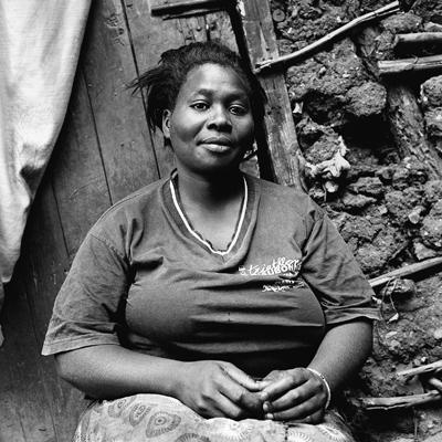 Joyce est cultivatrice de Sukuma Wiki, ce qui signife littéralement «pousse semaine», un légume bon marché. Il est cultivé dans des sacs de jutes à cause du manque d'espace. C'est une variété très résistante et vivace. Trois mois auparavant, Joyce cuisinait et vendait des chappattis (crêpes épaisses à base de farine de blé et d'eau) et des haricots rouges. Elle vit à Kibera depuis 15 ans. Elle est originaire de Kiriyuga, la région du mont Kenya. Elle a quatre enfants, deux garçons et deux filles. Ils sont en bonne santé. Le seul legs qu'elle peut leur transmettre dans ces conditions est l'éducation. C'est parfois un challenge. Elle ne peut pas payer l'école pour tous, elle s'en sent très coupable. La pire des souffrances est de ne pas pouvoir les nourrir et de ne pas les envoyer à l'école. Son mari est maçon, il est d'une tribu différente. Il travaille beaucoup, il est très fatigué, usé, rendu malade par cet emploi. Il reste peu avec sa famille.