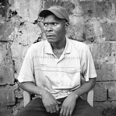 Ruben est cuisinier à «Toi (prononcer TO-I) Market», situé au nord de Kibera et séparé du district de Makina par Joseph Kangethe Road. Ruben cuisine le sukuma wiki, les chappattis, les haricots rouges, les trippes de boeufs bouillies, les fritures de poissons du lac Victoria, accompagnées d'ugali, pâte à base de farine de maïs et d'eau. Servie en boule, on s'en sert comme couverts une fois malaxée. C'est tout un art. Dans le cagibi, des planches servent de bancs et de tables. C'est modeste. Tous les aliments sont cuisinés et chauffés sur des braises. Selon Ruben, son affaire marche bien pour lui : «C'est suffisant pour manger et c'est déjà bien quand c'est comme ça».