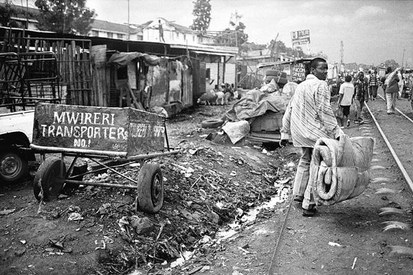 Le long de la voie ferrée Mombasa/Kisumu.