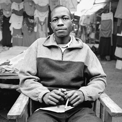 Sheldon est vendeur de vêtements à «Toi Market». Il a fusionné son stand avec celui de son frère pour survivre. Ils s'en occupent à tour de rôle une semaine sur deux. Les semaines où l'un ne s'occupe pas du stand, il doit se débrouiller. A «Toi Market », on trouve de tout: la farine de maïs, les haricots, le sukuma wiki, des habits, des matelas, du charbon, des ateliers de couture et de repassage (les machines à coudre sont à pédalier et les fers à repasser au charbon), des  chaussures d'occasion, des médicaments dans des boîtes non étiquetées... C'est un « marché aux puces » des premières nécessités.
