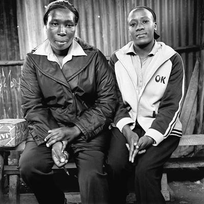 Elizabeth et Irène sont institutrices dans le bidonville de Mathare, troisième des quatre plus importants bidonvilles de Nairobi, en terme de surface; second ex-aequo avec Gorogocho en terme de population (environ 700 000 habitants). Elles gèrent une centaine d'élèves. Contrairement à d'autres écoles, l'école (Ebenezer Day Care$) ne bénéfcie pas d'un programme alimentaire quotidien ou hebdomadaire. Les élèves sont renvoyés chez leurs parents à midi. Certains peuvent manger l'ugali accompagné de sukuma wiki. Les autres reviennent à l'école cinq minutes après, le temps de boire un verre d'eau. Lors des émeutes post-électorales, l'école a été détruite lorsque certains habitants de Mathare ont appris qu'Elizabeth appartenait à l'ethnie Kikuyu (représentant 22% de la population kenyane). Pour beaucoup de personnes, une grande partie des problèmes présents au Kenya, comme les bidonvilles, sont la conséquence du manque d'éducation, de la corruption de la classe politique et du tribalisme.