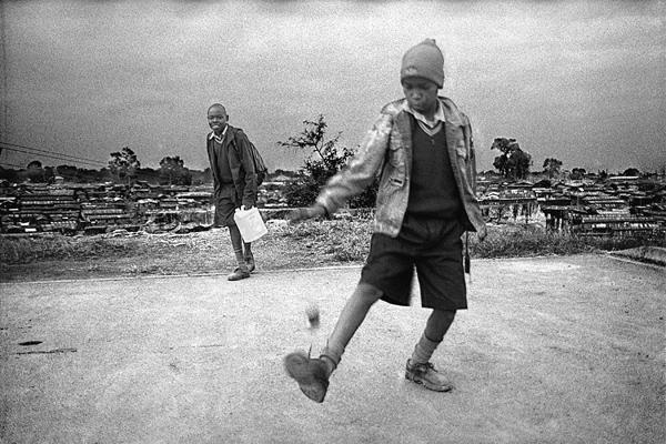 Enfants jouant au retour de l'école.