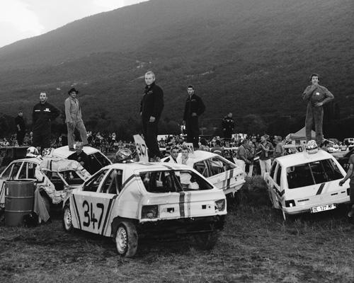 À l'appel de leurs noms, les pilotes montent sur leurs voitures. Anglefort, Ain, Août 2015.