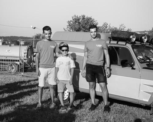 Élèves du lycée technique local devant leur voiture pour le 4L Trophy. Cabrières-d'Avignon, Vaucluse, Juillet 2016.